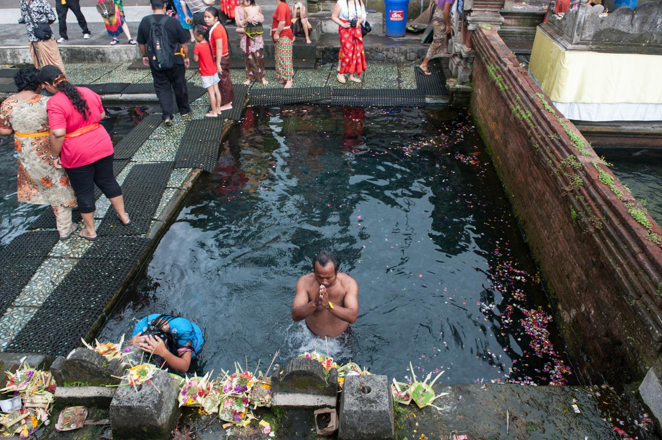 purification-in-the-tirta-empul-temple-bali-2013
