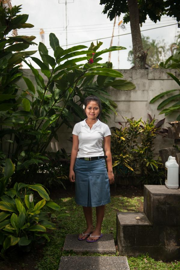 girl-in-the-temple-of-the-hotel-ubud-bali-2013